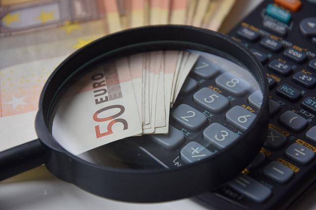 lupa, kalkulačka, peníze