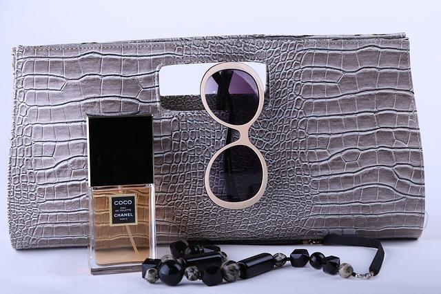 kabelka, parfém a sluneční brýle