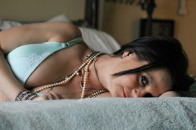 žena s korálky
